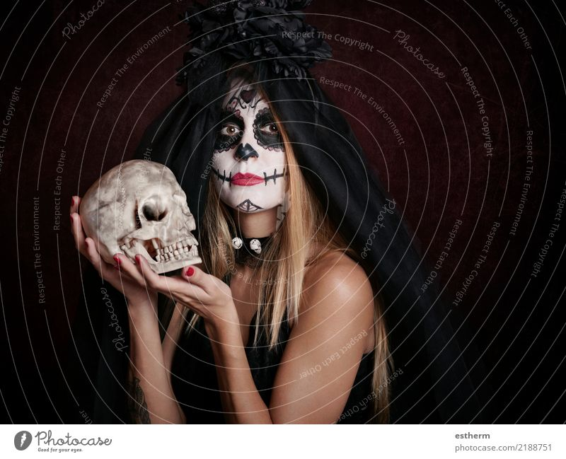 junge Frau im Halloween-Kostüm Mensch Ferien & Urlaub & Reisen Jugendliche Junge Frau schön dunkel Erwachsene Religion & Glaube Lifestyle feminin Bewegung Tod