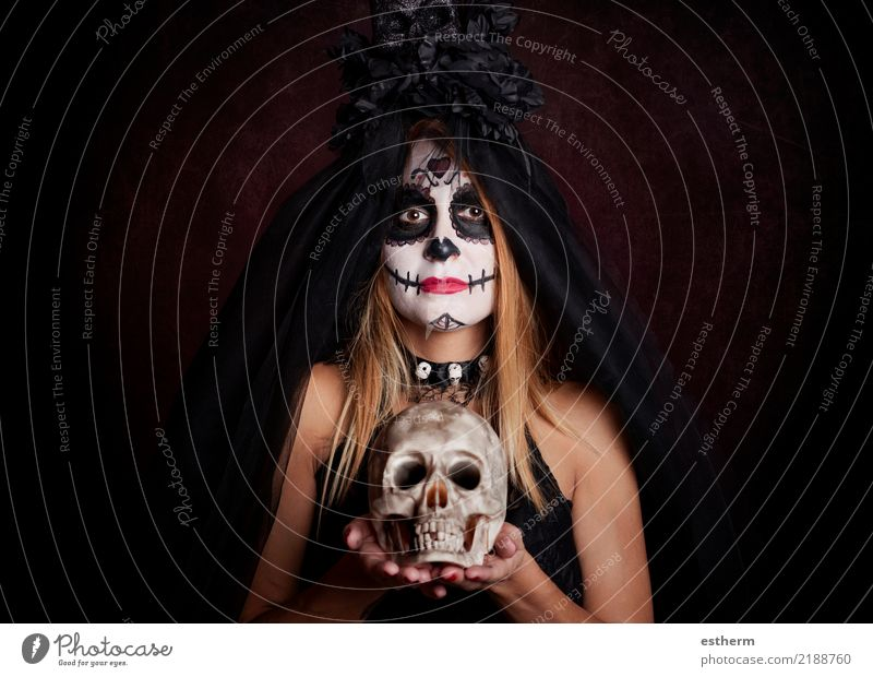 junge Frau im Halloween-Kostüm Mensch Ferien & Urlaub & Reisen Jugendliche Junge Frau schön dunkel Erwachsene Religion & Glaube Lifestyle feminin Tod Party