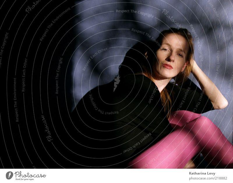 available light-fenster-portrait-vor-blauer-wand Frau Mensch Jugendliche schön blau schwarz feminin Zufriedenheit blond Erwachsene rosa Coolness Körperhaltung violett einzigartig