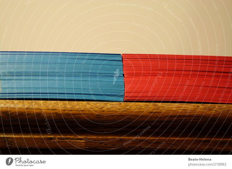 Vorsicht vor den roten Karten! Schreibwaren Papier Zettel blau braun Idee Stapel Papierstapel blau-rot Holzbrett Farbfoto Textfreiraum oben Regal Menschenleer