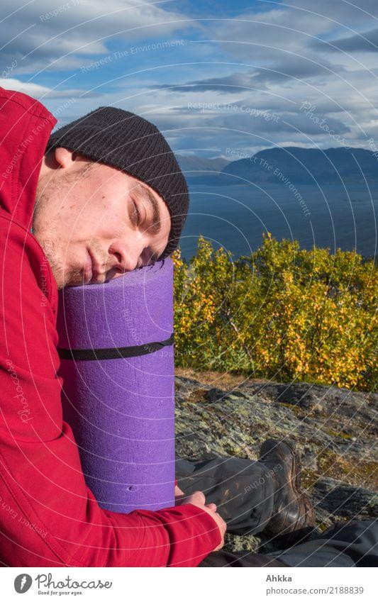 Junger Mann schläft vor einem norwegischen Fjord Natur Ferien & Urlaub & Reisen Jugendliche Landschaft Erholung Berge u. Gebirge Leben Gesundheit Kopf