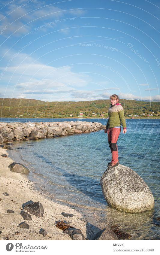 Skandinavischer Sommerurlaub Himmel Natur Meer Erholung ruhig Strand Küste Felsen Zufriedenheit träumen Wachstum Kindheit stehen Abenteuer Lebensfreude