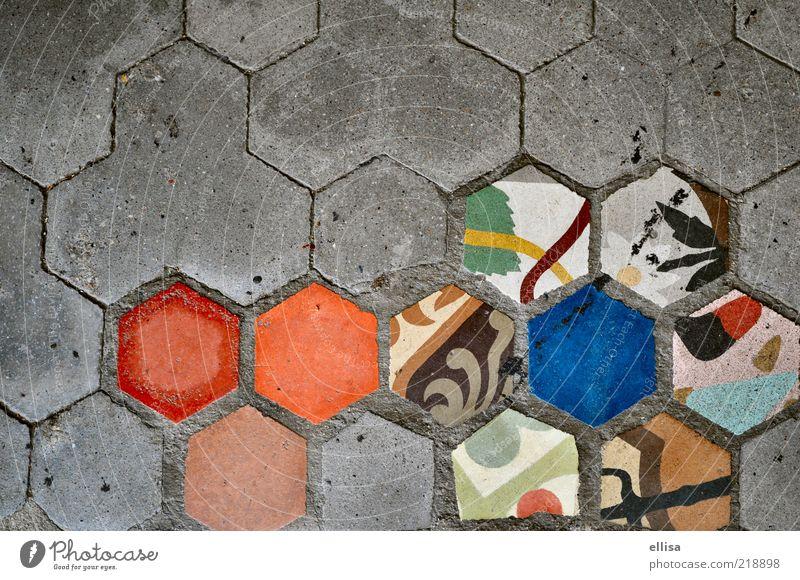 Bruch-Fund-stück Blume entdecken Sechseck Pflastersteine Fliesen u. Kacheln Muster grau blau Mosaik mehrfarbig Textfreiraum links Textfreiraum oben Menschenleer