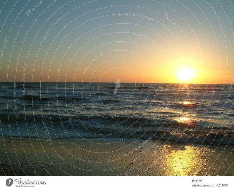 Sonnenuntergang am Meer Strand Wellen