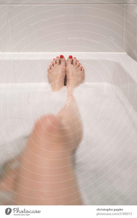 schaumschlägerin Mensch Erotik Erholung ruhig Erwachsene Beine feminin Fuß Schwimmen & Baden Wohnung Zufriedenheit Häusliches Leben Badewanne Wellness