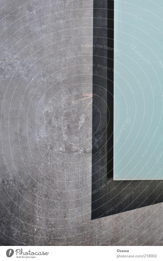 Beton vs. Glas Wand Fenster grau Glas Beton leer trist einfach durchsichtig Fensterscheibe Textfreiraum Hochformat Betonwand Schlagschatten