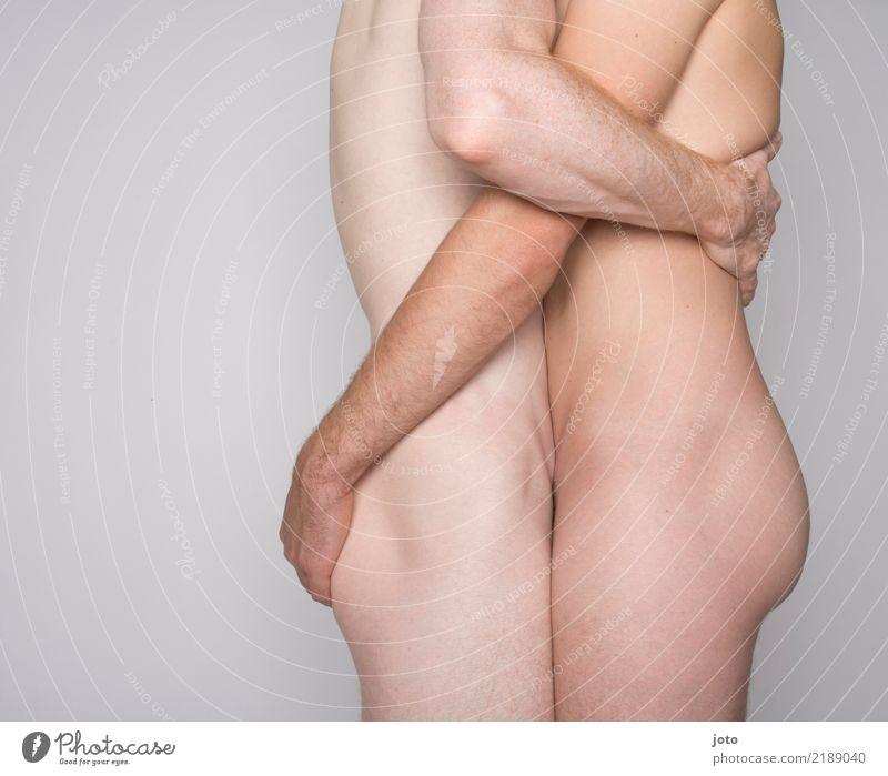 Haut an Haut Zufriedenheit Homosexualität Mann Erwachsene Paar Partner Gesäß berühren festhalten Liebe Umarmen Erotik Zusammensein Kraft Leidenschaft Akzeptanz