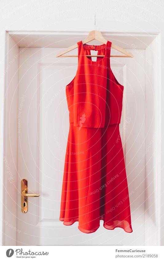 Red dress Mode Bekleidung feminin elegant rot cocktailkleid Kleid Abendkleid Kleiderbügel Türrahmen weiß Altbau sommerlich Damenmode ausgehen Verabredung