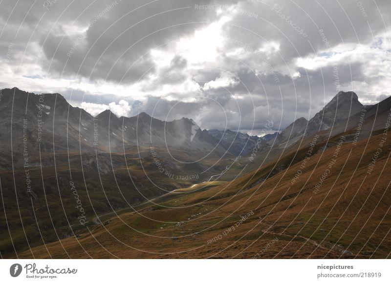 Lichtblick??? Wolken dunkel kalt Berge u. Gebirge grau Landschaft Luft braun Felsen bedrohlich Tal Berghang schlechtes Wetter Bergwiese