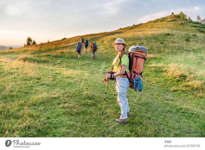 Junge Frau, die mit Freunden wandert Mensch Himmel Natur Ferien & Urlaub & Reisen Jugendliche blau Sommer grün weiß Landschaft rot Wolken Berge u. Gebirge