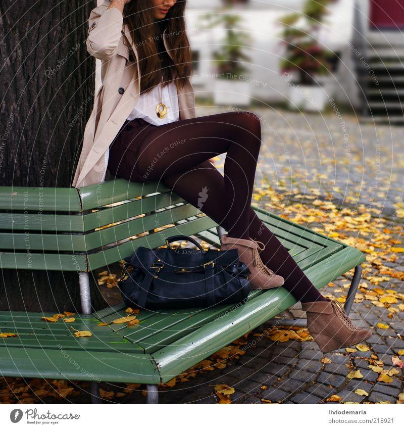 autumn Mensch Jugendliche schön Baum Blatt gelb Herbst feminin Stil Denken Frau warten Mode elegant Bekleidung