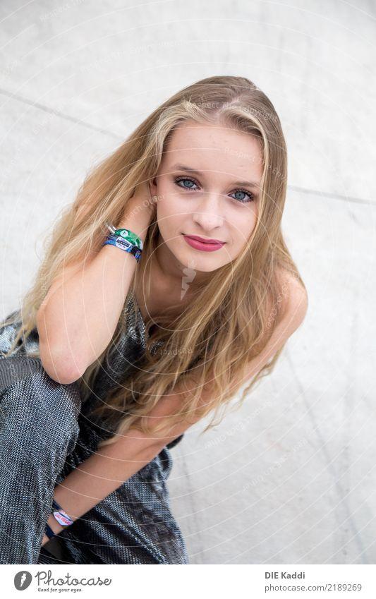 LEA5 feminin Junge Frau Jugendliche Körper 1 Mensch 13-18 Jahre Jugendkultur Anzug Turnschuh blond langhaarig Beton Lächeln sitzen Freundlichkeit Fröhlichkeit