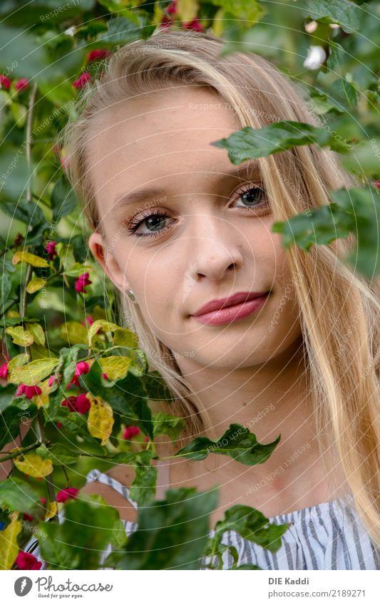 LEA3 Mensch feminin Junge Frau Jugendliche 1 13-18 Jahre Baum Blatt Blüte Grünpflanze blond Freundlichkeit Fröhlichkeit frisch Gesundheit natürlich grün rot