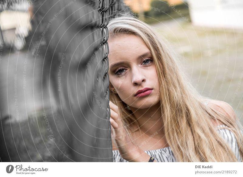 LEA2 Mensch feminin Junge Frau Jugendliche 1 13-18 Jahre Gebäude blond schön trashig grau Laster Verschwiegenheit Verzweiflung falsch ignorant Drogensucht Zaun