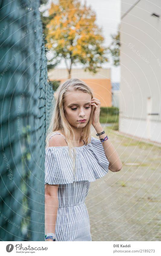 see me? Mensch feminin Mädchen 1 18-30 Jahre Jugendliche Erwachsene Kleinstadt Stadtrand Mauer Wand Zaun Mode Arbeitsanzug blond langhaarig Scheitel stehen