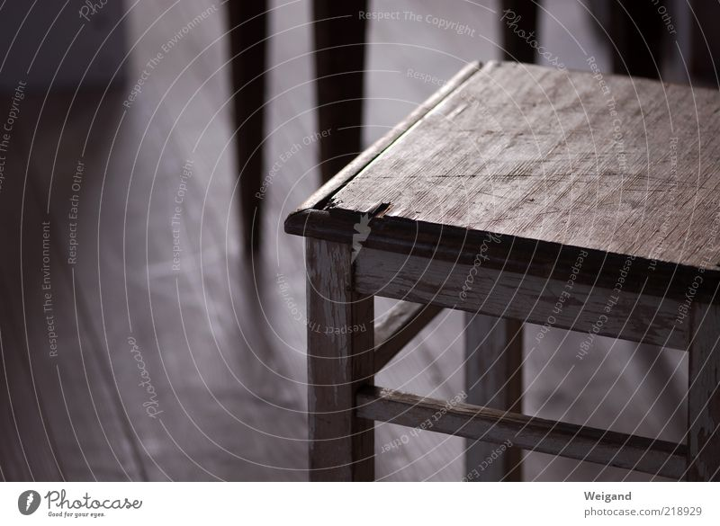 Offenes Atelier in Trossingen (2) alt ruhig Holz grau braun gold leer Stuhl einfach Sitzgelegenheit wenige Holzfußboden karg Möbel Hocker