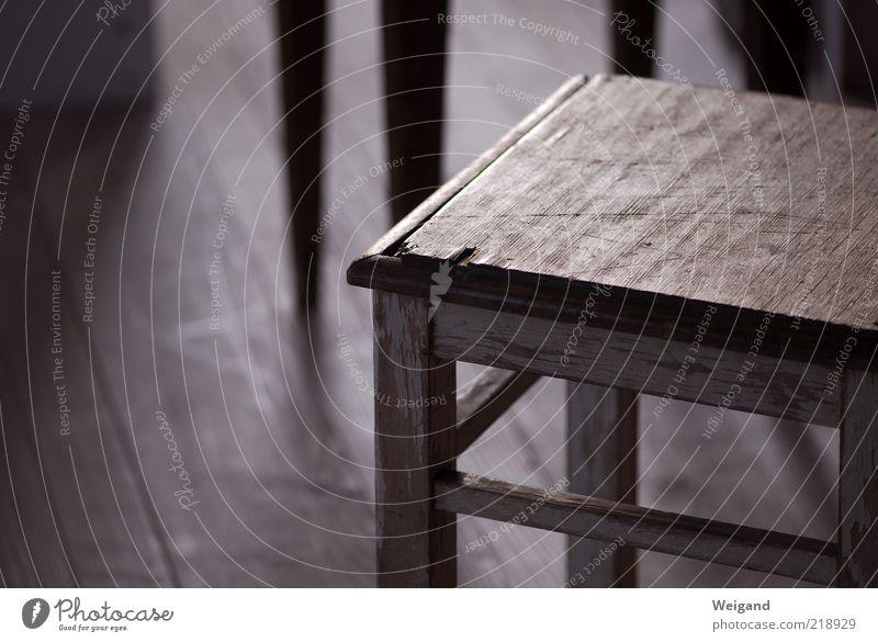 Offenes Atelier in Trossingen (2) braun gold grau Hocker karg wenige einfach Holz Stuhl Sitzgelegenheit Gegenlicht Gedeckte Farben Innenaufnahme