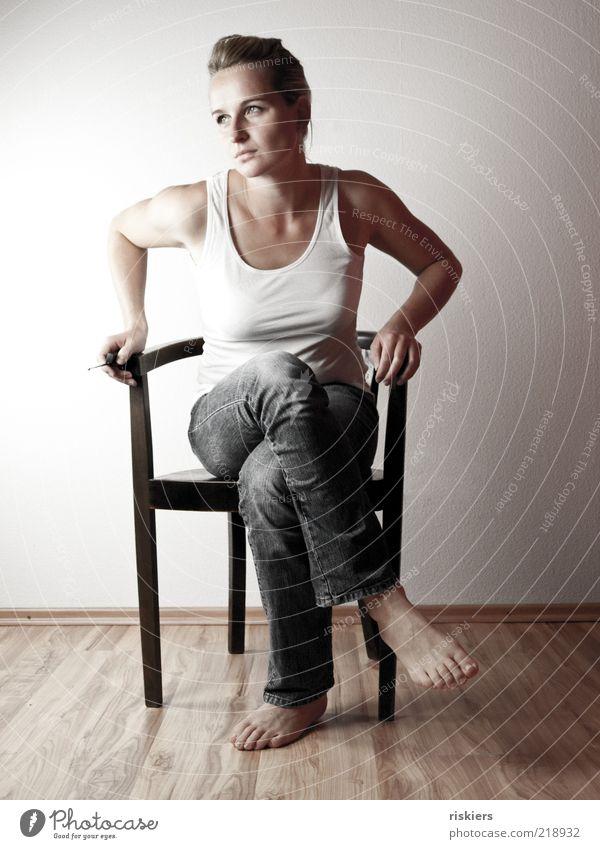 n`selbstporträt... feminin Junge Frau Jugendliche Erwachsene 1 Mensch 18-30 Jahre Jeanshose blond langhaarig Denken Blick sitzen träumen Traurigkeit warten