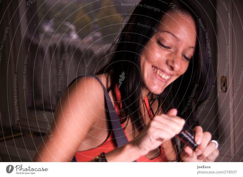 gute laune. Frau Mensch schön Freude Gesicht Leben Erholung Stil lachen Haare & Frisuren Kopf Zufriedenheit Erwachsene Fröhlichkeit T-Shirt