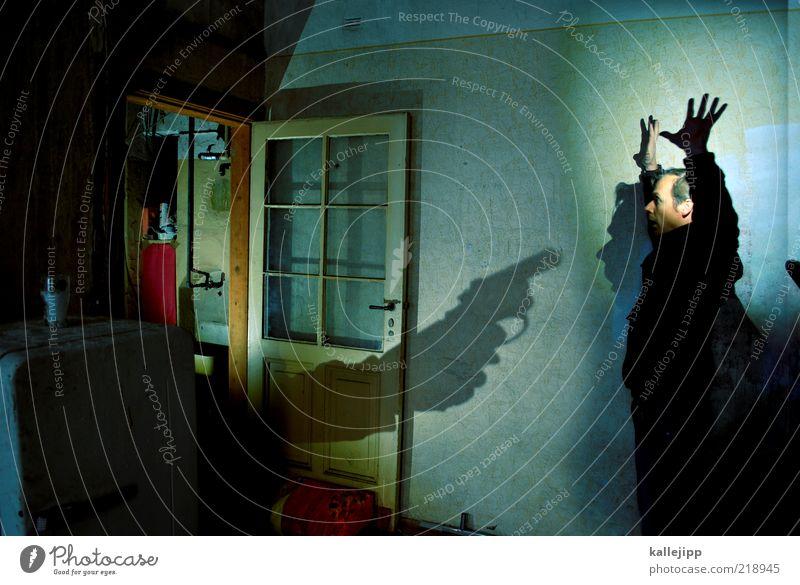 zimmer 13 Mensch Mann Erwachsene Leben Tür Angst Wohnung maskulin bedrohlich Ende fangen Todesangst Politik & Staat kämpfen Hilferuf Medien