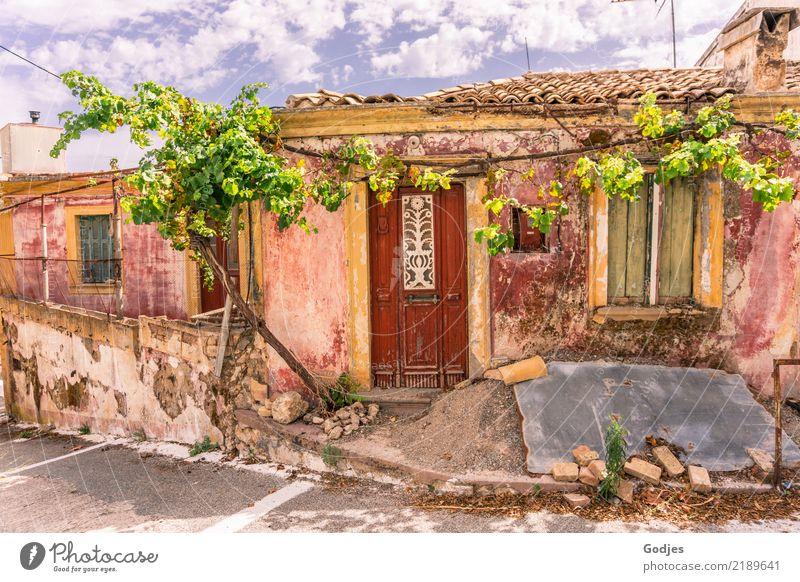 verfallen schön Himmel Pflanze blau Sommer grün weiß rot Haus Wolken Fenster Architektur grau braun orange Fassade Tür
