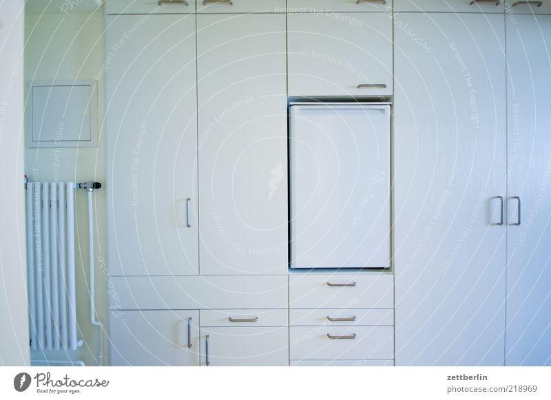 Stauraum weiß hell Tür Raum Wohnung Innenarchitektur Ordnung Häusliches Leben einfach Möbel Heizung Schrank Kühlschrank einheitlich Einbauschrank