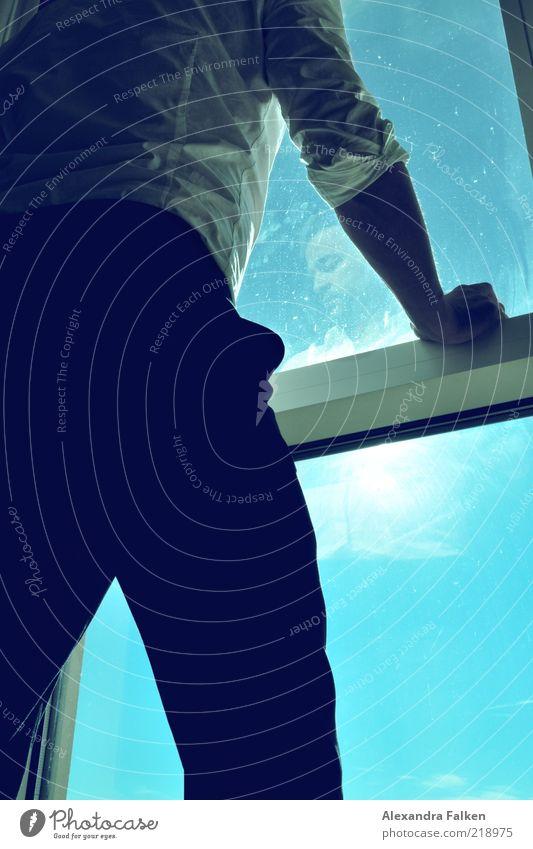 Mann an Fenster III Mensch blau Erwachsene Leben elegant maskulin stehen ästhetisch nachdenklich Coolness Hemd Anzug ernst Spiegelbild Fensterblick