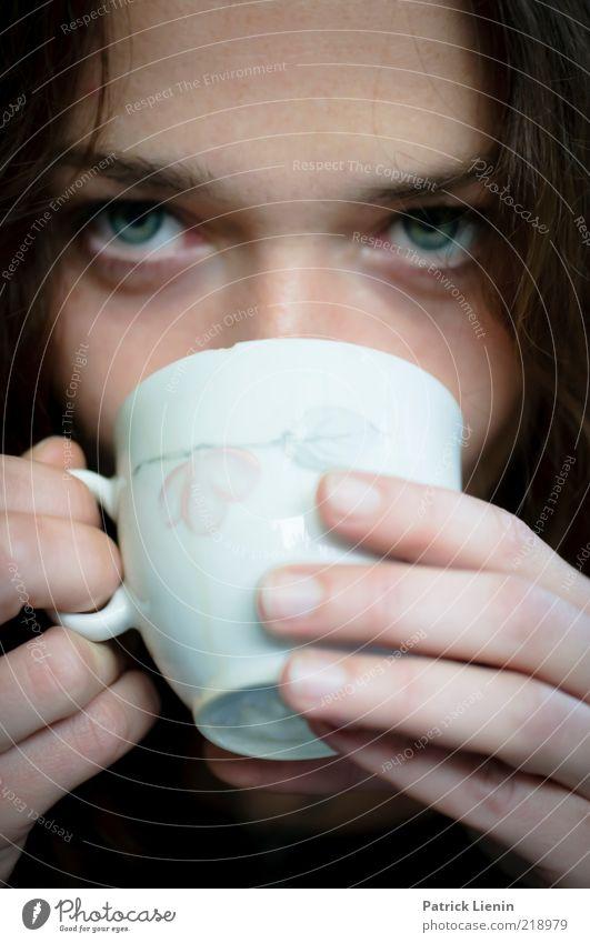 coffee break Mensch feminin Frau Erwachsene Gesicht Auge Finger 1 18-30 Jahre Jugendliche beobachten Denken genießen Blick leuchten träumen ästhetisch
