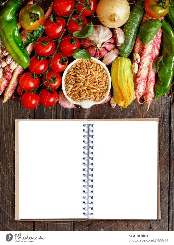 Ungekochtes Kamutkorn mit Gemüse auf Holz Vegetarische Ernährung Diät Schalen & Schüsseln Tisch Papier hell natürlich braun grün weiß Müsli trocknen