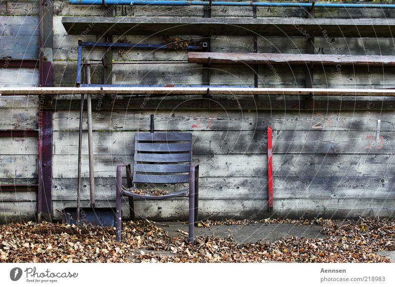 schwerer Stuhlgang alt ruhig Blatt Einsamkeit Herbst Wand Garten Holz Mauer Stimmung Umwelt leer ästhetisch Platz trist