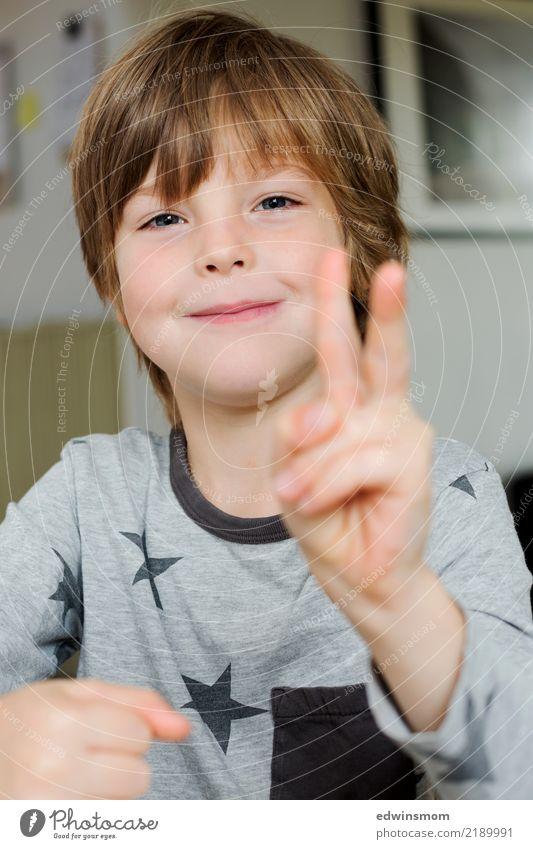 Hello and Peace maskulin Kind Junge Kindheit Gesicht 1 Mensch 3-8 Jahre blond kurzhaarig beobachten Lächeln machen Blick Coolness Fröhlichkeit klein natürlich