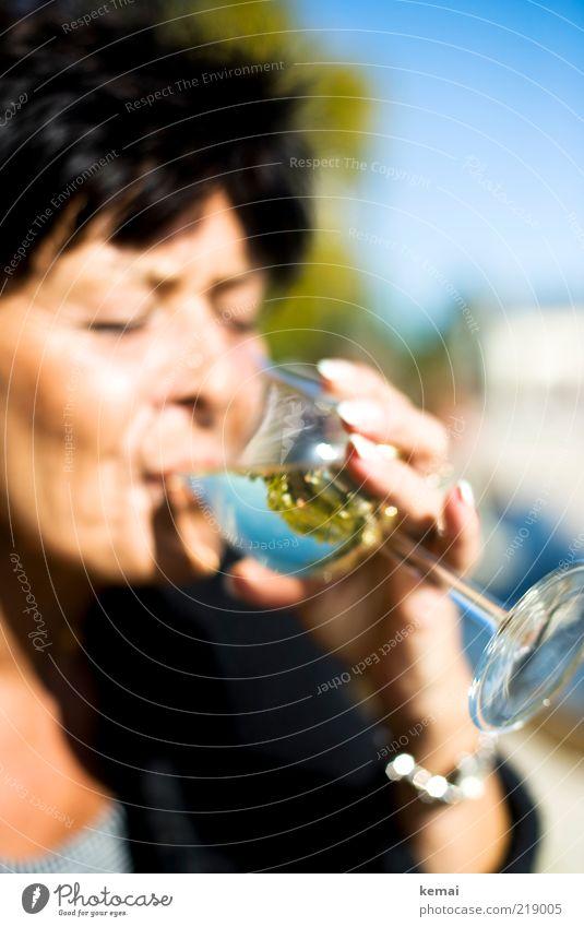 Riesling trinken Getränk Alkohol Wein Weißwein Glas Weinglas Mensch Frau Erwachsene Weiblicher Senior Kopf Hand 1 45-60 Jahre Sommer Schönes Wetter genießen