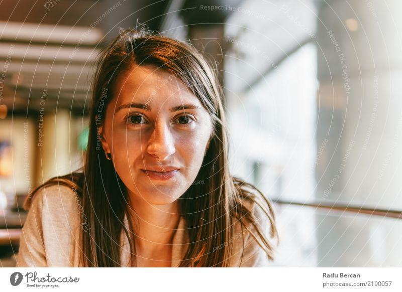 Schönes Porträt der jungen Frau im Restaurant Lifestyle schön Gesicht Mensch feminin Junge Frau Jugendliche Erwachsene 1 18-30 Jahre brünett beobachten genießen