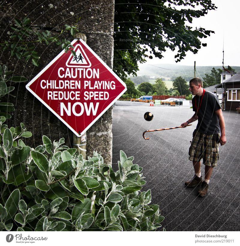 In jedem steckt ein Kind Mensch Mann Jugendliche grün weiß Baum Pflanze rot Blatt schwarz Straße Spielen Mauer Erwachsene maskulin Ball