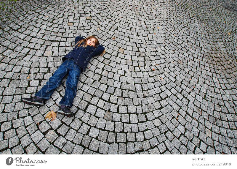 Das Mädchen mit den langen Beinen Mensch Kind blau Mädchen Erholung grau Stein Kindheit blond liegen Platz außergewöhnlich Jeanshose lang Hose Jacke