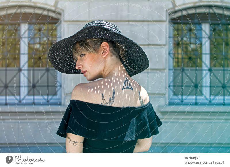 Modeporträtfrau mit Hut kaufen Stil Design Veranstaltung feminin Junge Frau Jugendliche Körper Gesicht 18-30 Jahre Erwachsene Coolness authentisch elegant