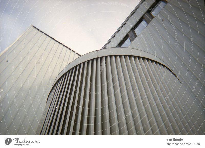 manchmal... Himmel weiß grau Architektur Fassade Zukunft trist rund Fabrik Bauwerk Container eckig Lamelle Lüftung Lüftungsschacht Lüftungsschlitz