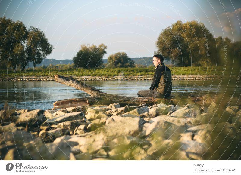 Flussbursche maskulin Mann Erwachsene Körper 1 Mensch 18-30 Jahre Jugendliche Natur Landschaft Wasser Wolkenloser Himmel Herbst Schönes Wetter Baum Gras Felsen