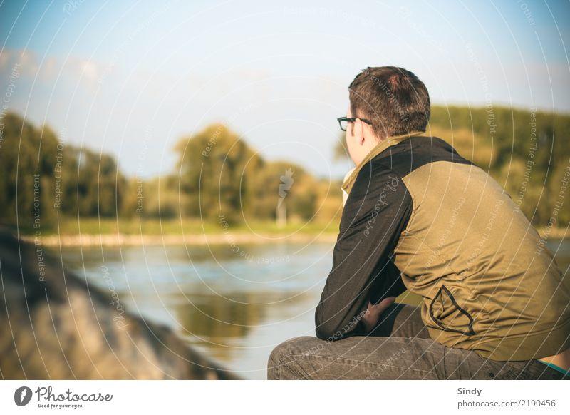 Flussbursche4 Mensch maskulin Junger Mann Jugendliche Erwachsene 1 18-30 Jahre 30-45 Jahre Natur Wasser Herbst Baum Seeufer Flussufer Hose Jacke schwarzhaarig