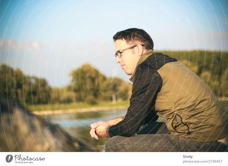 Flussbursche2 Mensch maskulin Junger Mann Jugendliche Erwachsene Körper 1 13-18 Jahre 18-30 Jahre Natur Baum Flussufer Hose Pullover Brille schwarzhaarig