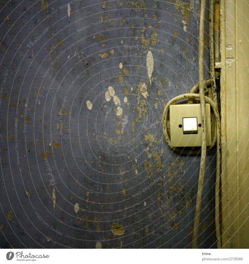 [HH10.1] - Trauriger kleiner Schalter Kabel Mauer Wand dreckig kaputt gelb grün Lichtschalter Türrahmen oliv Riss Fleck Putz Kabelschelle Innenaufnahme