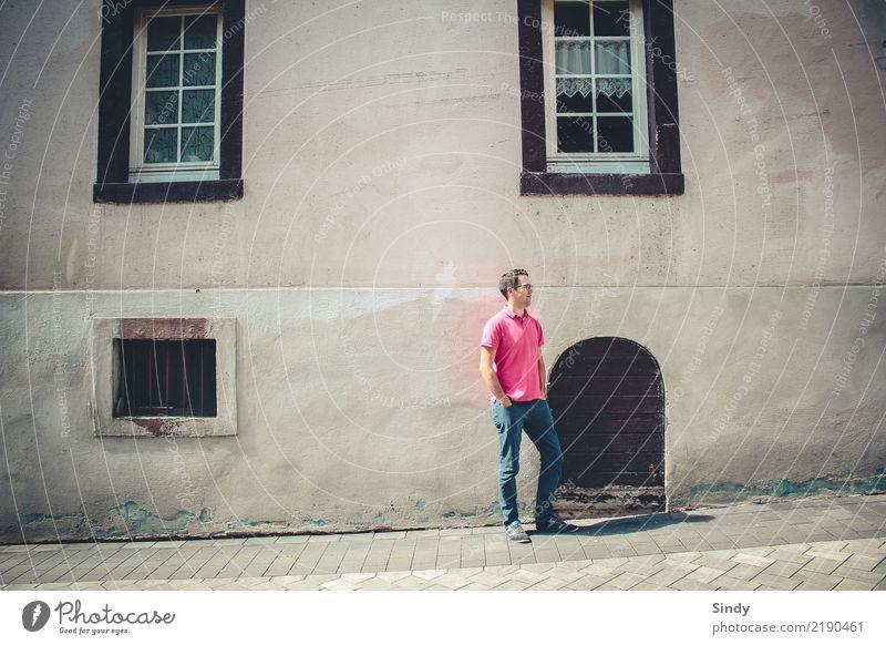 Stadtbursche maskulin Mann Erwachsene Körper 1 Mensch 30-45 Jahre Dorf Altstadt Fassade Tür T-Shirt Jeanshose schwarzhaarig kurzhaarig Stein stehen Sauberkeit