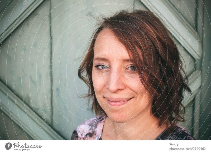 Smile feminin Junge Frau Jugendliche Erwachsene Gesicht 1 Mensch 18-30 Jahre 30-45 Jahre brünett kurzhaarig Locken Scheitel Holz atmen authentisch