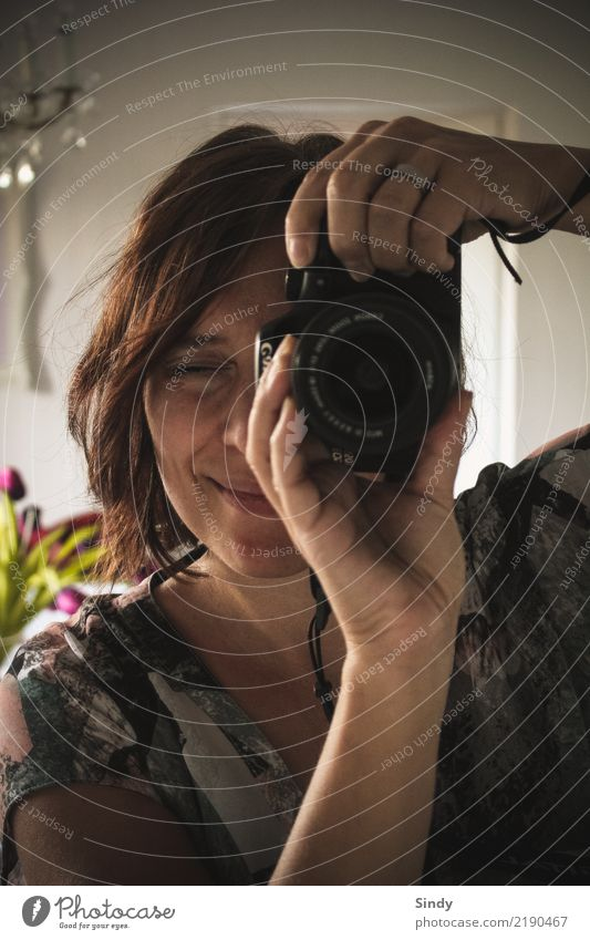 Spiegelbild feminin Junge Frau Jugendliche Erwachsene Kopf Haare & Frisuren Gesicht Auge Lippen Finger 1 Mensch 18-30 Jahre 30-45 Jahre Blatt Blüte Hemd Ring