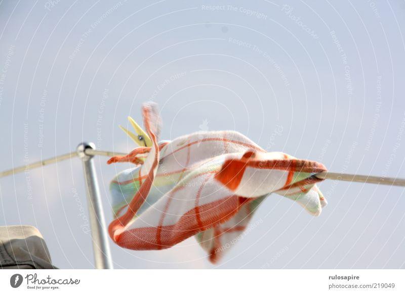 die große Flatter Handtuch Wind flattern trocknen Bewegung Wäscheleine Wäscheklammern blau rot weiß Seil Reling Himmel Farbfoto mehrfarbig Außenaufnahme