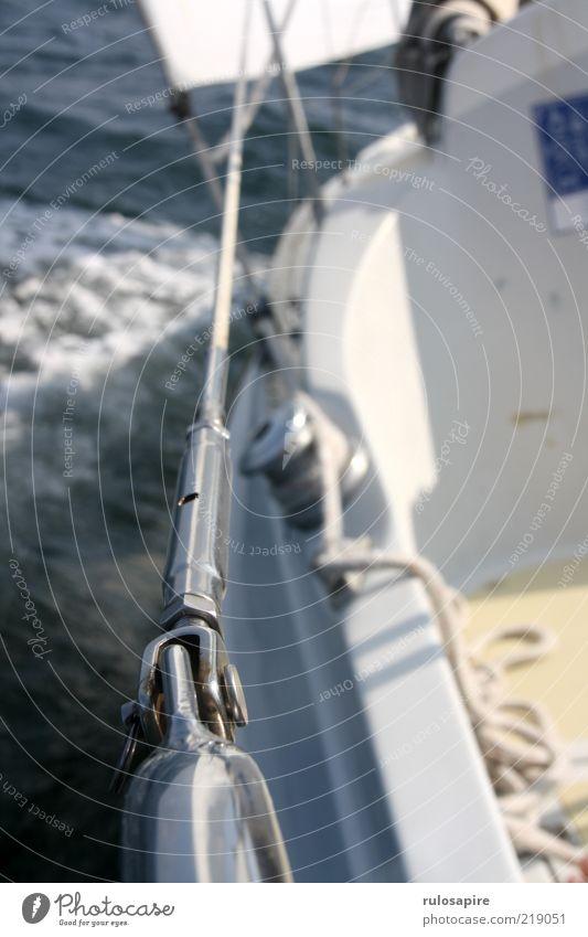 silberne Linie Sommer Sommerurlaub Meer Sport Segeln Natur Wasser Wetter Sturm Wellen Schifffahrt Sportboot Jacht Seil An Bord Reling blau weiß schmal