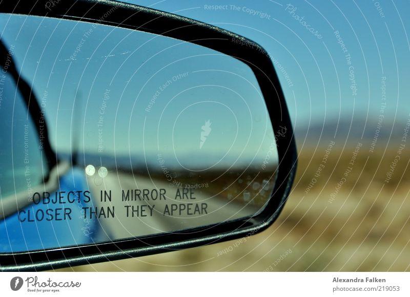 Objects in mirror... blau Straße PKW Straßenverkehr Verkehr Schriftzeichen Reisefotografie Verkehrswege Autofahren Fahrzeug KFZ Warnhinweis Hinweis Verkehrsmittel Schwache Tiefenschärfe Aktion
