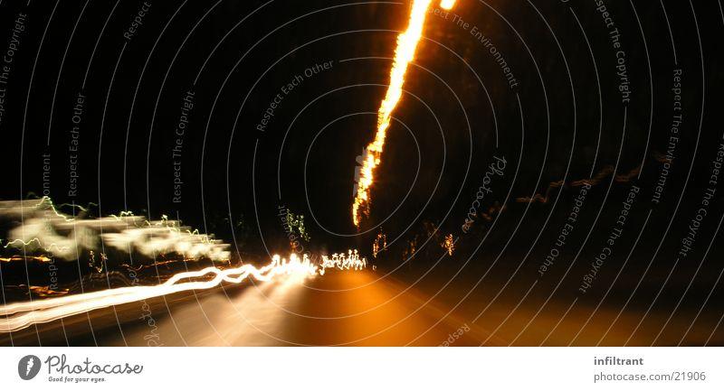 Nachtfahrt Straße dunkel Bewegung Geschwindigkeit Dynamik Scheinwerfer Verzerrung Lichtstreifen