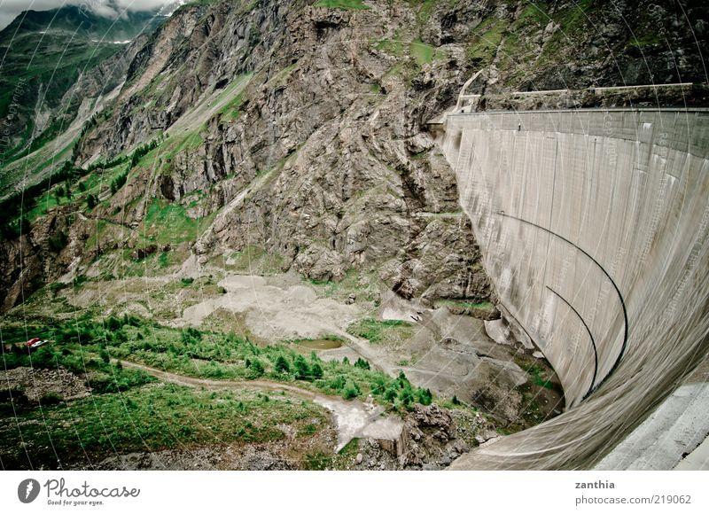 Damm Umwelt Landschaft Alpen Berge u. Gebirge braun grün Sicherheit Schutz Natur Staumauer Tal Schweiz Farbfoto Gedeckte Farben Außenaufnahme Menschenleer Tag