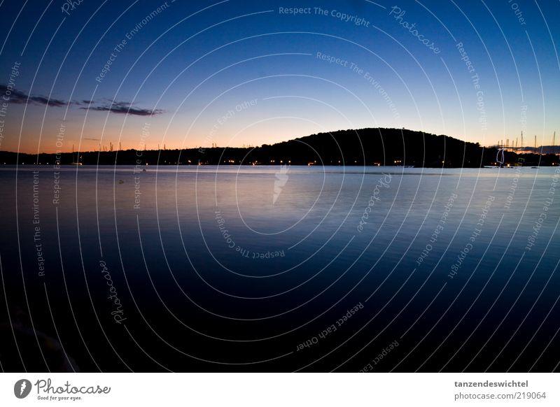 Ruhende Marina Meer blau Ferien & Urlaub & Reisen ruhig schwarz dunkel Wasserfahrzeug orange Hafen Hügel Bucht Schönes Wetter Abenddämmerung Segelboot Mast